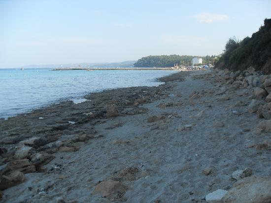 Nostos Hotel: the beach at the bottom of the steps