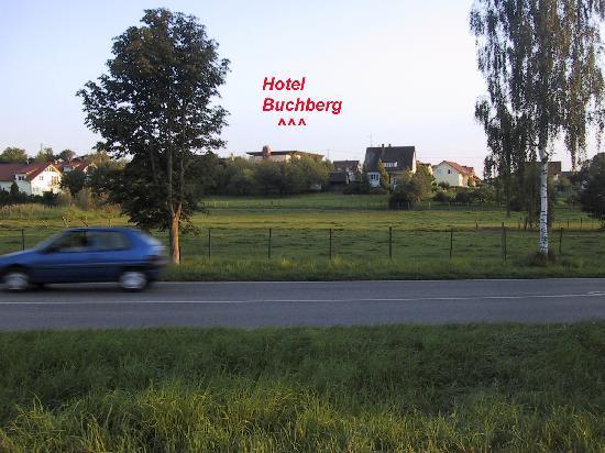Hotel Buchberg: Hotel von der Hauptverkehrsstraße zwischen Markdorf und Salem her gesehen