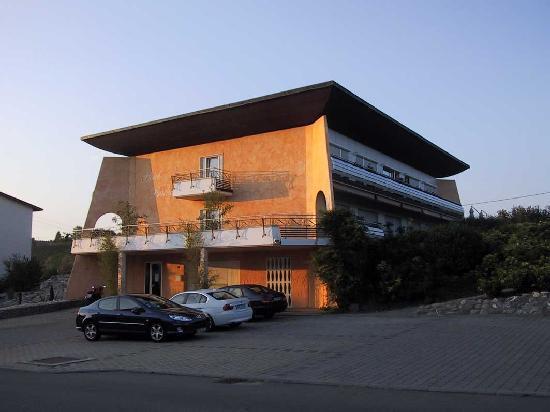 Hotel Buchberg: Hotelansicht von der Straßen- / Parkplatzseite (Ostansicht)