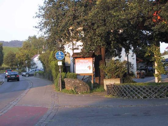 Hotel Buchberg: Nahegelegenes Weinlokal mit Besenwirtschaft
