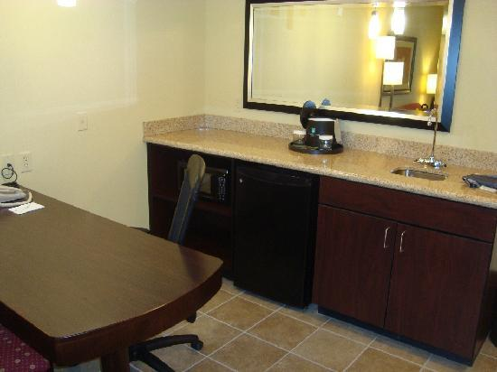 Embassy Suites by Hilton Minneapolis - North: Kitchenette