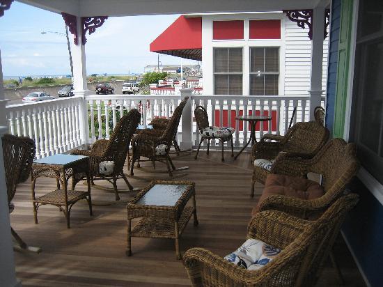 931 Beach Guest House: porch