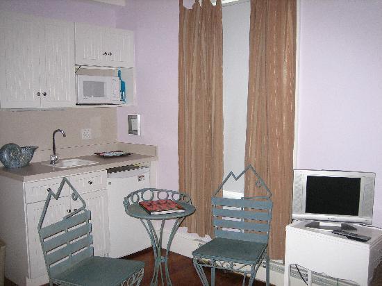 931 Beach Guest House: bay meadow room