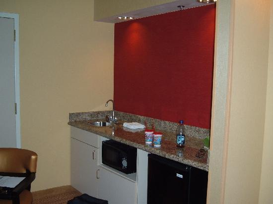 Courtyard Nashville at Opryland: Surprised to see a nice kitchenette area