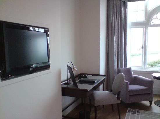 Turnberry, UK: Plasma TV facing bed