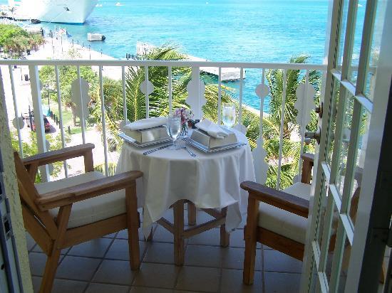 Ocean Key Resort & Spa: Room service does a great job at making it look nice.