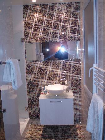 Salle de bain avec une tres grande douche picture of color design hotel paris tripadvisor for Photo de salle de bain avec douche