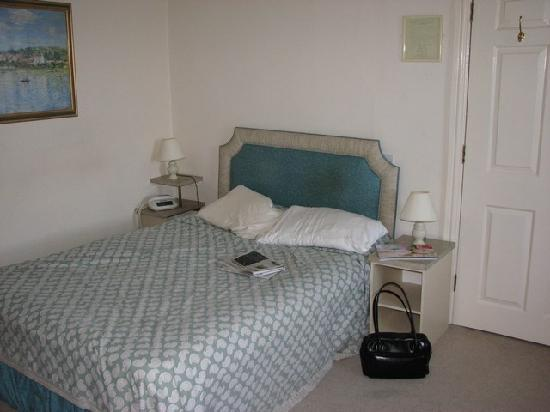 Beaumont Hotel: Double bed against the wall