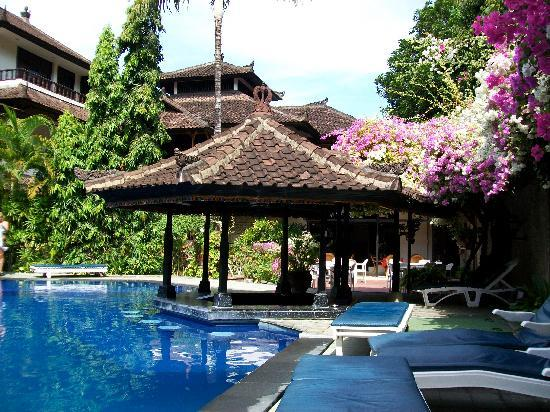 Ari Putri Hotel: Ari Putri pool area