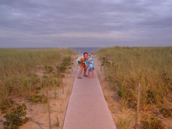 Flagship Motel: walk way to beach