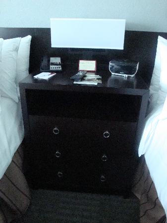 Crowne Plaza Tampa Westshore: Night stand between the two beds