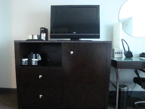 Crowne Plaza Tampa Westshore: Flat screen TV and chest of drawers