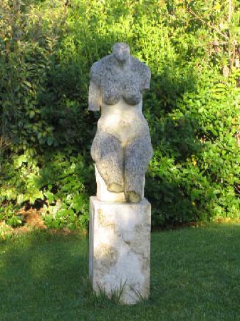 ألبيرجو روتيليانو: Statue in the garden