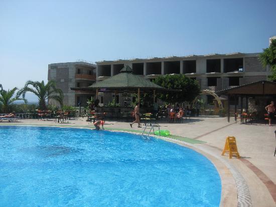 Bendis Beach Hotel: struttura incompiuta copre  la vista del mare