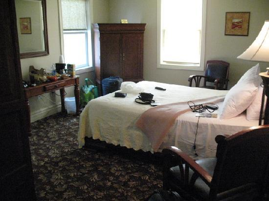 The Queen's Inn: Clean, comfortable room!