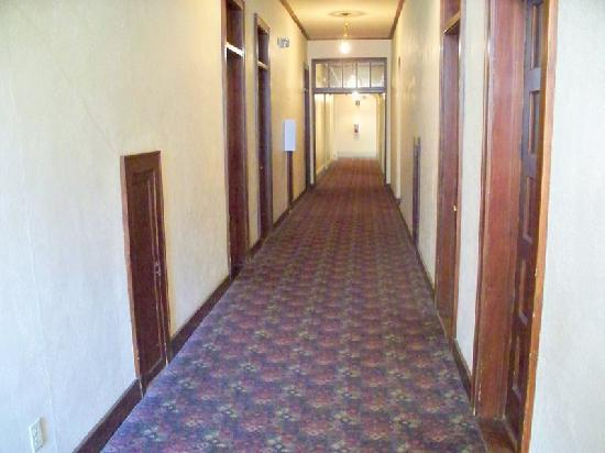 Silverado Franklin Historic Hotel & Gaming Complex : Outdated hallway