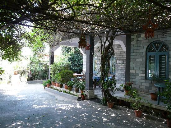 เดอะ เซคริด วัลเลย์: The hotel front garden