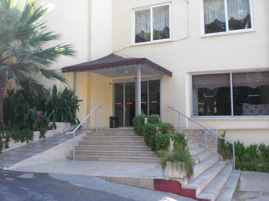 Club Sidelya Hotel: Hauptgebäude - Der Eingang zu Rezeption, Restaurant und Billard/TV Raum.