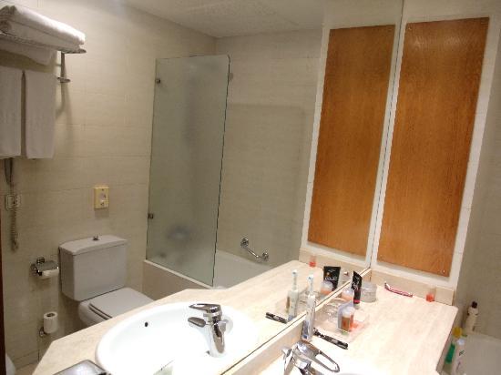 NH Rambla de Alicante: bathroom
