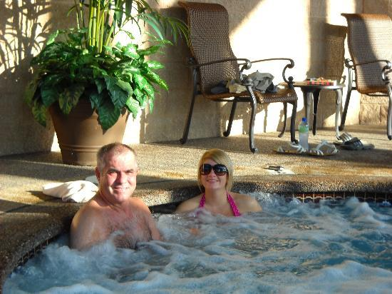 Fulton Steamboat Inn: Hubby and daughter in hot tub at Steamboat Inn