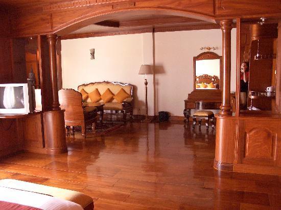 Borei Angkor Resort & Spa : Unser Zimmer, Blick vom Bett richtung Sitzgruppe