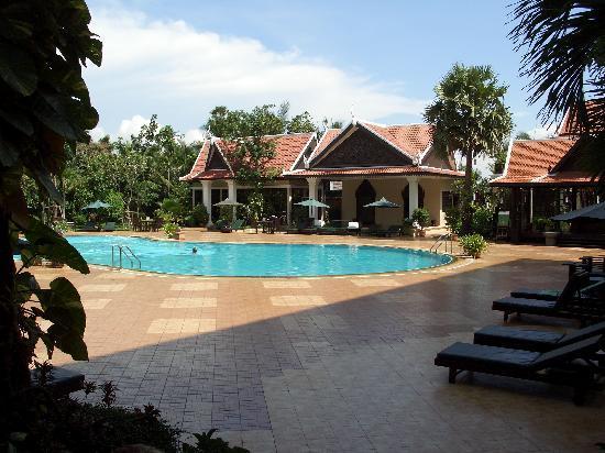 Borei Angkor Resort & Spa : Swimmingpool des Hotels, vom Hotel aus gesehen