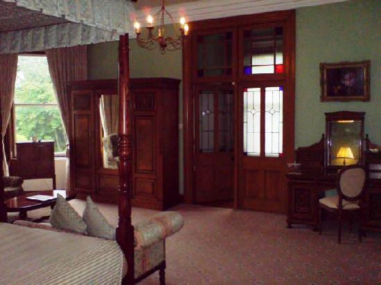 Tinakilly Country House Hotel & Restaurant: Room 4 with double wooden doors to bathroom.