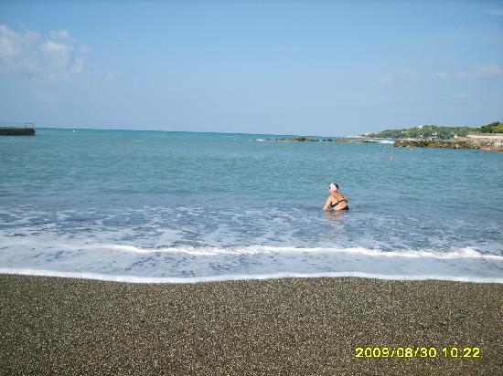 Hotel Pensione Signorini: la spiaggia priva di sassolini,dopo una burrasca-castiglioncello
