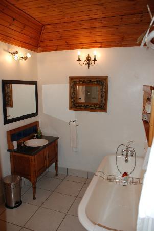 Tonquani Oudtshoorn Cottages: Our bathroom