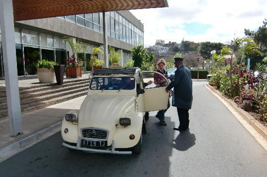 Hotel Carlton Antananarivo Madagascar: Oldtimer Ugly Duck taxi with courteous doorman