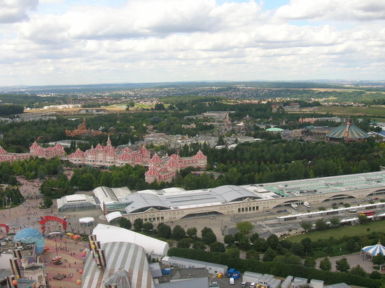 Marne-la-Vallée, Frankrijk: Disneyland Hotel,Magic Kingdom,Railway station, hotel bus stops,Village entrance.