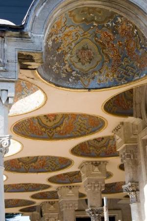 พระราชวังโดลมาบาชเช่: The porch roof of the bathhouse at the Dolmabahce palace.