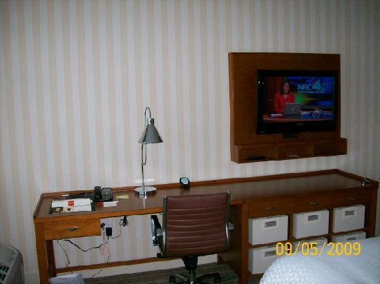 Four Points by Sheraton Columbus Ohio Airport: Desk and TV