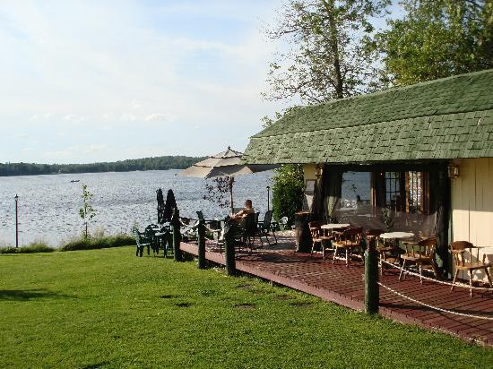 Lac Nominingue, Kanada: Outside Cafe at Auberge Villa Belle Rive