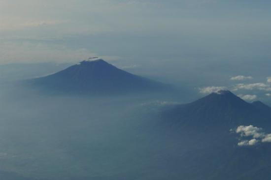 Wonosobo, Indonésie : Selimut putih belahan Gunung Sumbing-Sundoro