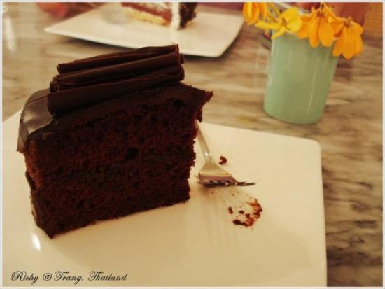 Trang, Tayland: ร้านเค้กน่ารักๆในตัวเมืองตรัง ..เค้าว่ากันว่าอร่อยก็เลยลองไปชิมดู -- ในรูปคือเค้กช็อกโก้ อร่อยมา