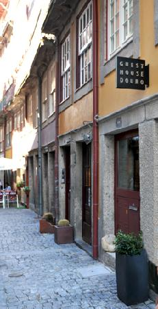 Guest House Douro: Front door along Rua Fonte Taurina.