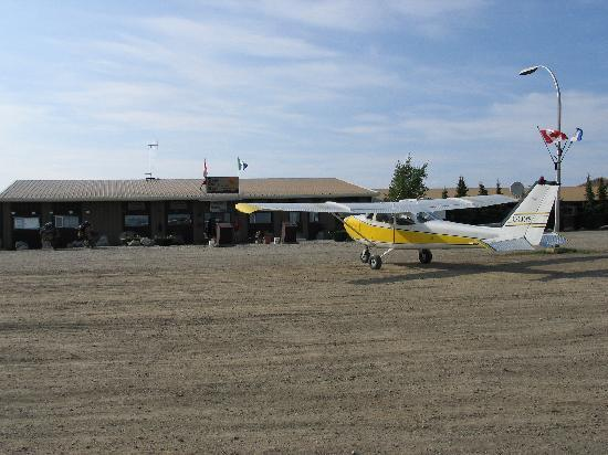 Eagle Plains Hotel: Plane in front of hotel