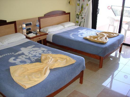 SBH Crystal Beach Hotel & Suites: Zwei große Betten mit Meerblick