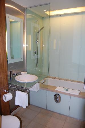 The Queen's Hotel: Jacuzzi bathroom