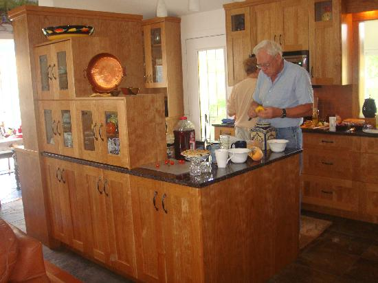 Grape Escape Guest House: George prepares a sweet peach for breakfast