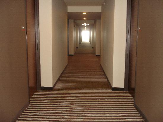 I Hotel and Conference Center: hallway
