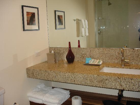 I Hotel and Conference Center: Bathroom