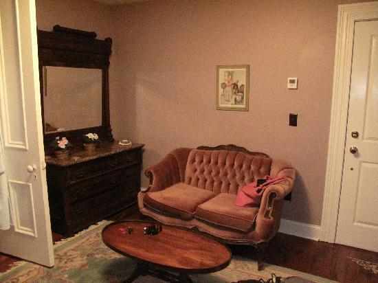 Homestead House Bed & Breakfast: Settee in our room