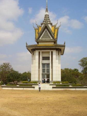 ทุ่งสังหารเชิงเอก: the memorial statue that holds the skulls of those found in the killing fields