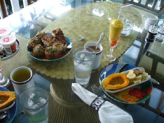 The Old Hawaiian B&B: Breakfast nicely  presented!
