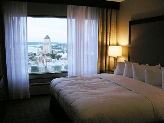 Hilton Quebec: Our newly renovated room with a king-sized bed and river view (It is worth getting this view)