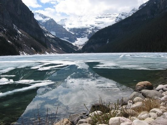 Lake Louise, Canada : Looking up the Lake