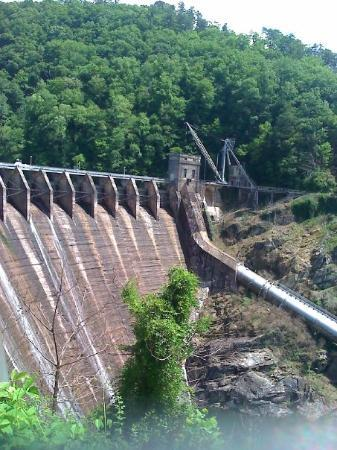 "Robbinsville, Kuzey Carolina: Cheoah Dam -the dam from which Harrison Ford ""jumped"" from in the movie ""The Fugitive"". The movi"