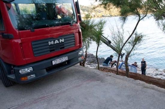 Ciovo Island, Kroatien: Joku Fiat oli pudonnut melkein mereen, ei kovin yllättävää paikallisen ajotavan huomioon ottaen